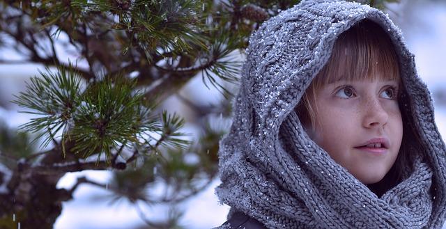 holčička venku v zimě