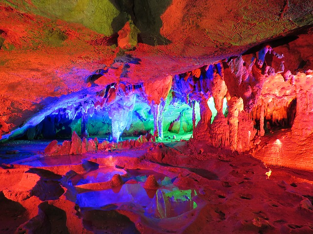 červené světlo jeskyně