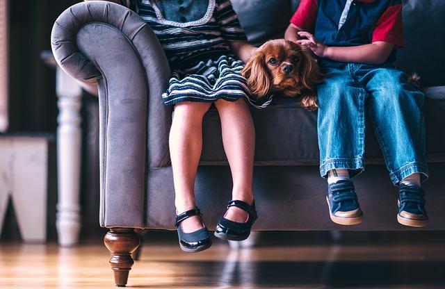 děti se psem na gauči