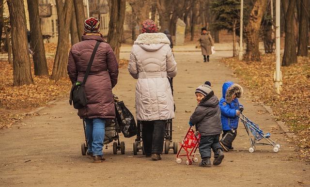 děti co jsou v parku s maminkami a mají své malé kočárky – golfky
