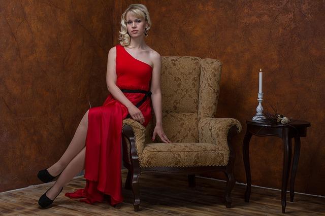 blondýna v šatech na křesle
