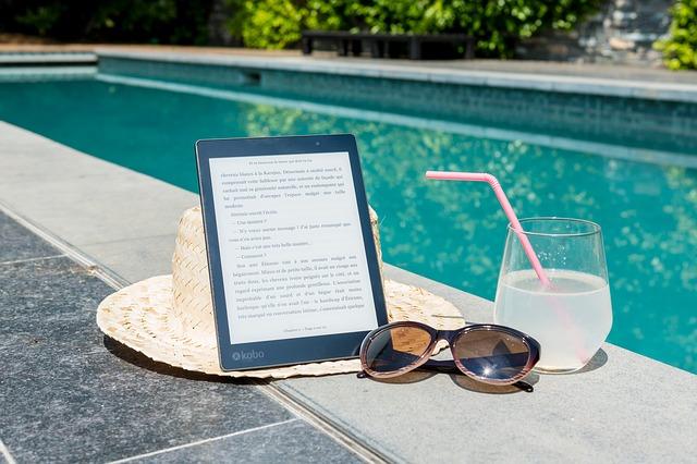 e-book u bazénu